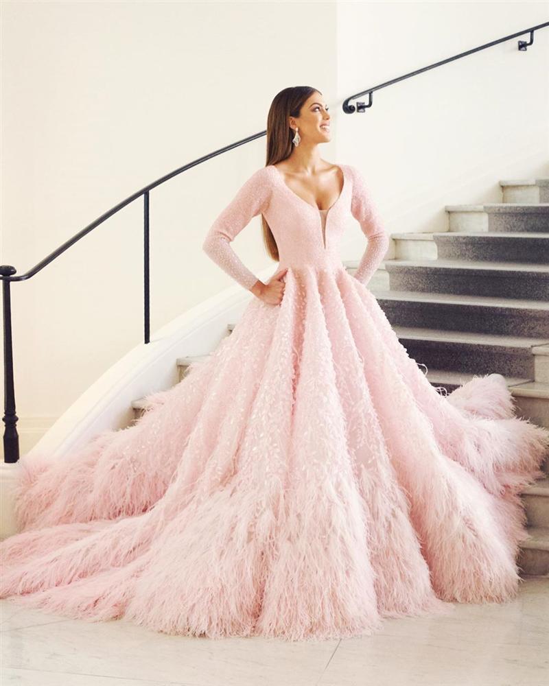 ĐẲNG CẤP LÀ ĐÂY: Hoa hậu Hoàn vũ diện đầm công chúa sáng rực trên thảm đỏ Cannes-3