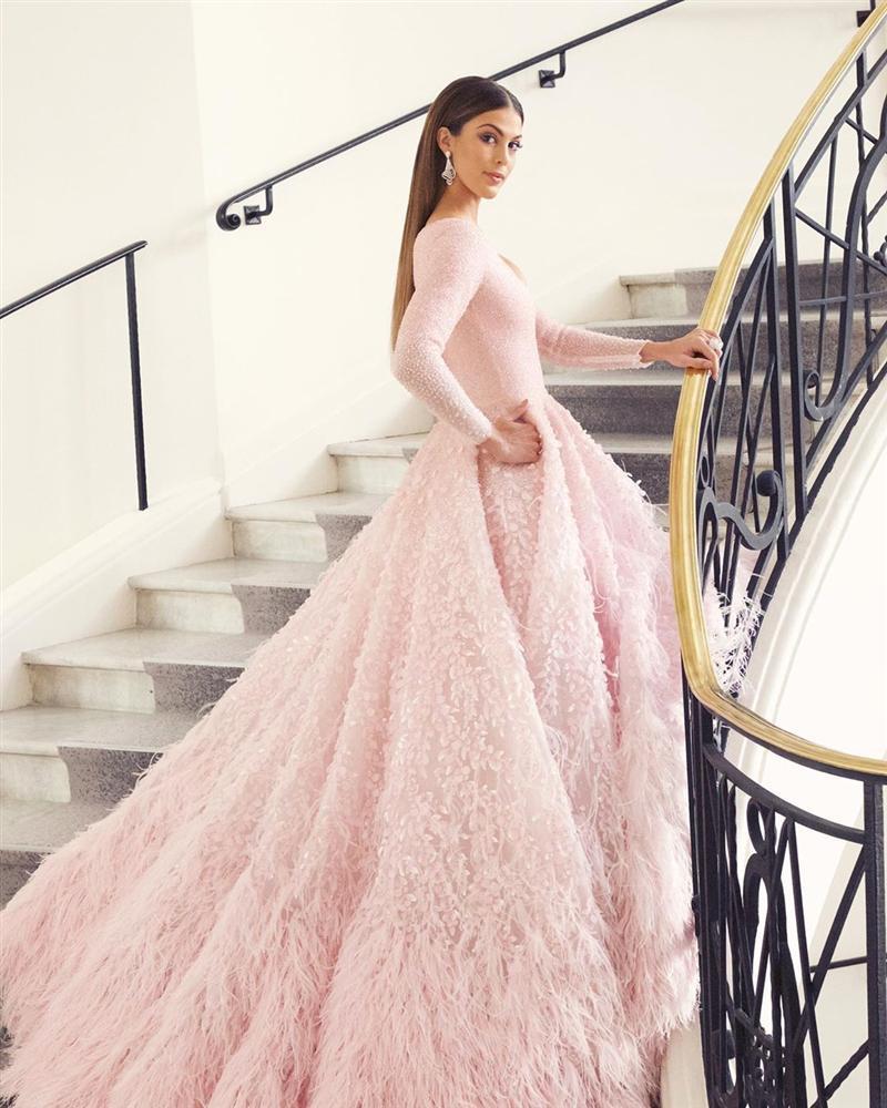 ĐẲNG CẤP LÀ ĐÂY: Hoa hậu Hoàn vũ diện đầm công chúa sáng rực trên thảm đỏ Cannes-2