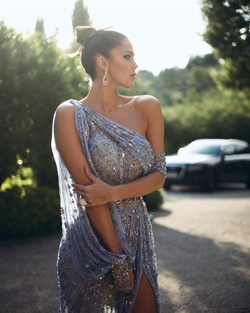 ĐẲNG CẤP LÀ ĐÂY: Hoa hậu Hoàn vũ diện đầm công chúa sáng rực trên thảm đỏ Cannes-13