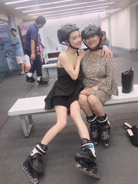 Nhã Phương lộ đôi chân gầy không có chút sức sống trong bức ảnh chụp cùng mẹ và em gái-2