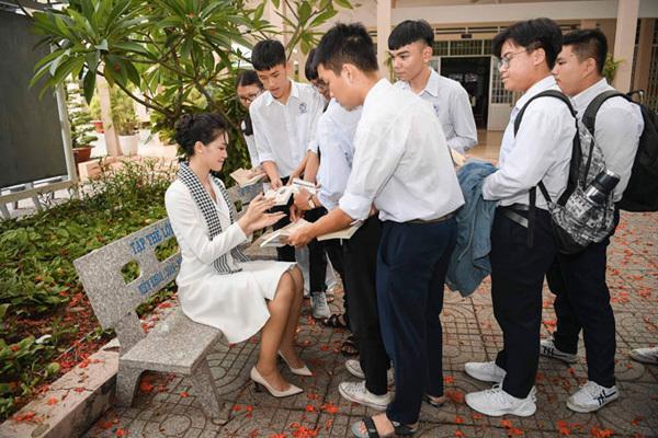 Hoa hậu Thùy Dung: Tặng sách để khơi khát vọng, xây chí hướng-3