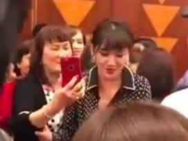 Hari Won bị khán giả tố giả tạo, mời mua album không được là nhất định không chịu chụp ảnh chung