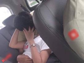 Nằm dài trên ghế taxi vừa hôn hít vừa sờ soạng, cặp nam nữ khiến tài xế ngán ngẩm dân mạng bực mình 'ném đá'