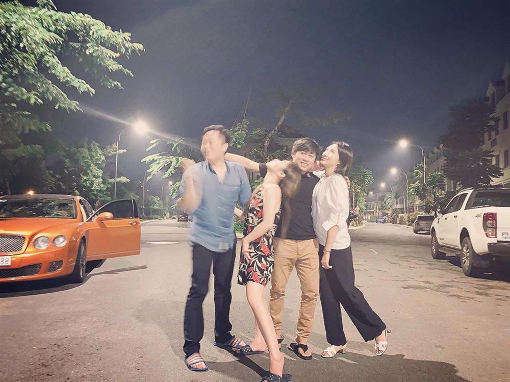 Vợ chồng BB Trần - Ngô Kiến Huy ôm ấp tình tứ trong tiệc vui bạn bè-5