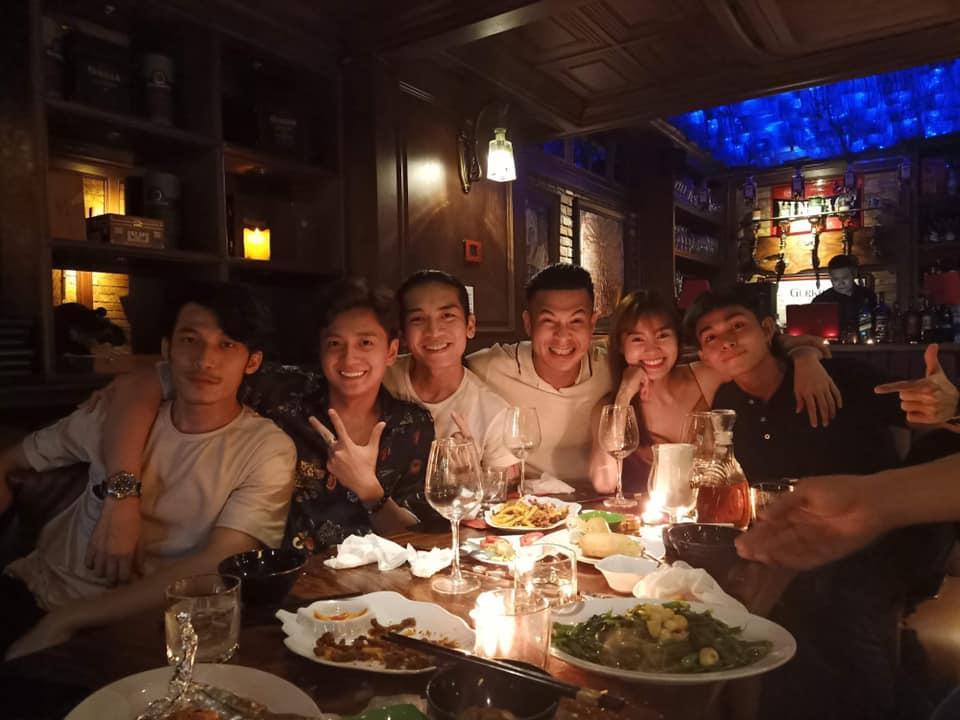 Vợ chồng BB Trần - Ngô Kiến Huy ôm ấp tình tứ trong tiệc vui bạn bè-2
