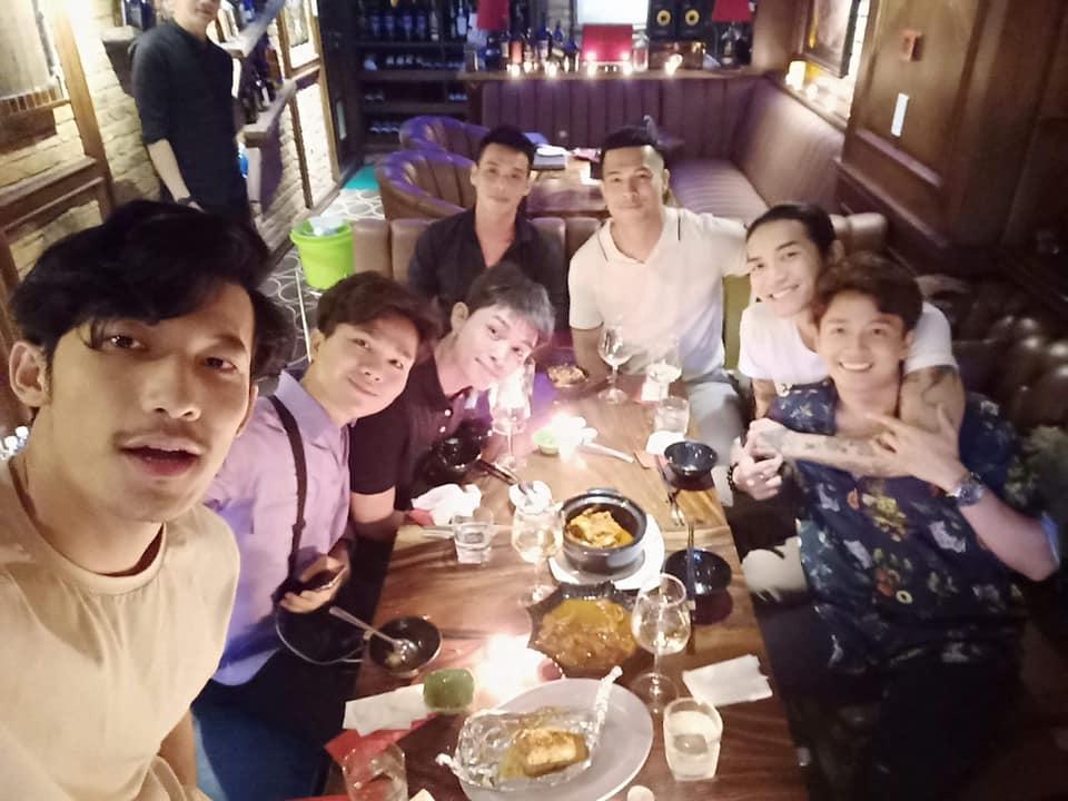Vợ chồng BB Trần - Ngô Kiến Huy ôm ấp tình tứ trong tiệc vui bạn bè-1