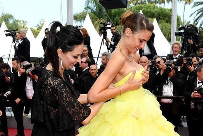 Người mẫu xinh đẹp Brazil hết hồn vì tụt váy bất ngờ ngay trên thảm đỏ Cannes-1