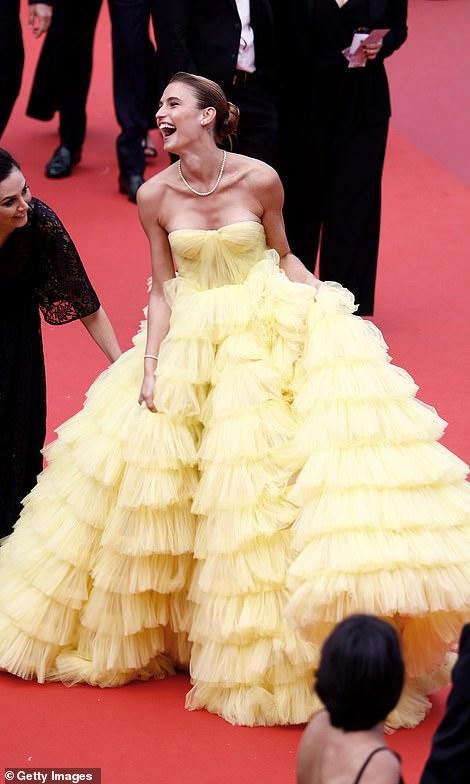 Người mẫu xinh đẹp Brazil hết hồn vì tụt váy bất ngờ ngay trên thảm đỏ Cannes-2