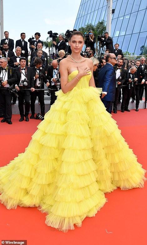 Người mẫu xinh đẹp Brazil hết hồn vì tụt váy bất ngờ ngay trên thảm đỏ Cannes-3
