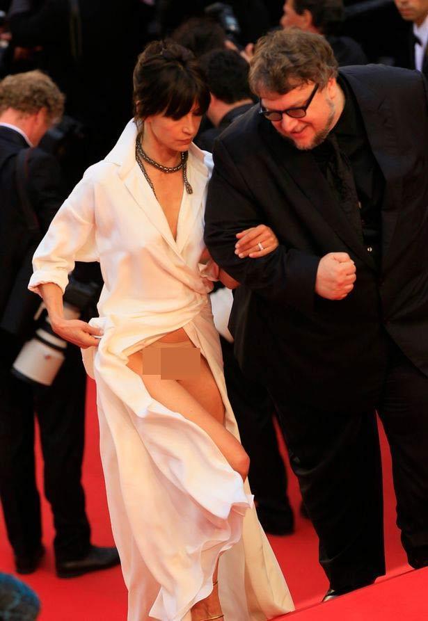 Người mẫu xinh đẹp Brazil hết hồn vì tụt váy bất ngờ ngay trên thảm đỏ Cannes-6