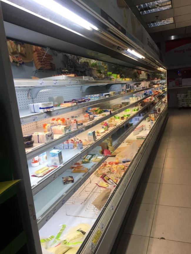 Hình ảnh gây tranh cãi nhất ngày: Phụ huynh vô tư cho con đi đại tiện trong siêu thị hiện đại ở Hà Nội-4