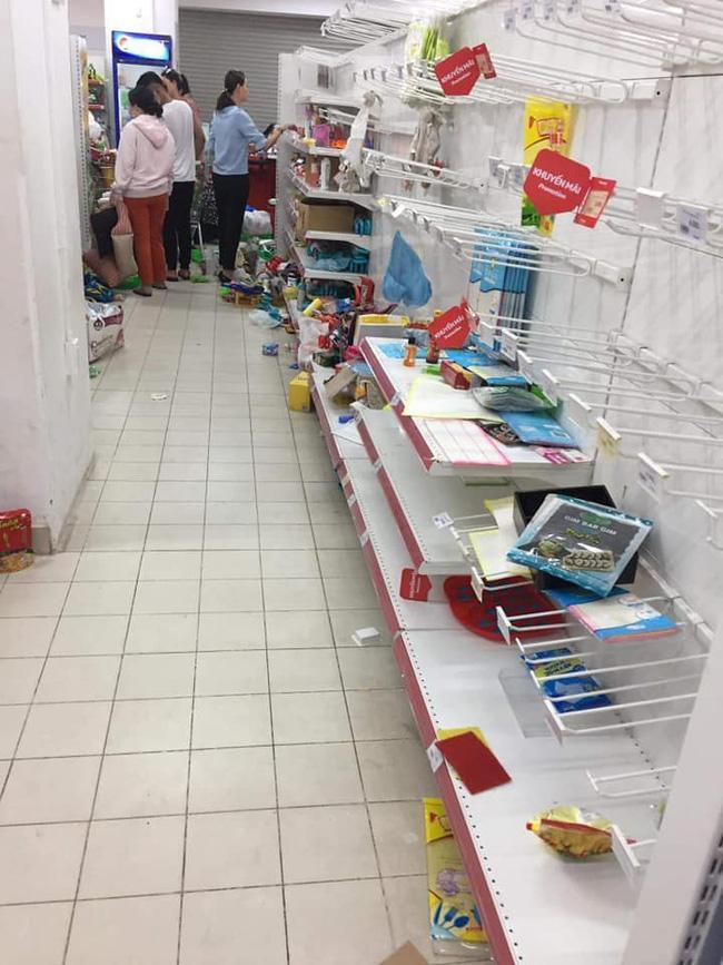 Hình ảnh gây tranh cãi nhất ngày: Phụ huynh vô tư cho con đi đại tiện trong siêu thị hiện đại ở Hà Nội-5