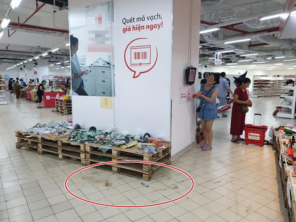 Hình ảnh gây tranh cãi nhất ngày: Phụ huynh vô tư cho con đi đại tiện trong siêu thị hiện đại ở Hà Nội-6