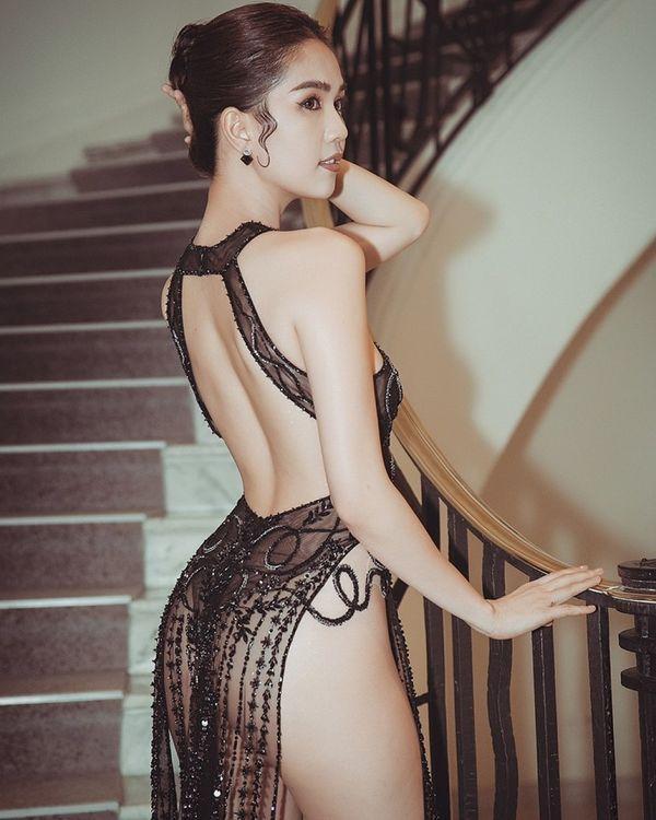 BB Trần nối gót Ngọc Trinh mặc đầm xẻ táo bạo nhưng cư dân mạng chỉ soi xem có mặc quần hay không?-1