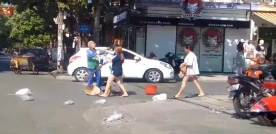 Vụ chị lao công bị đánh vì nhắc nhở xả rác: Chủ shop đã nộp phạt-1