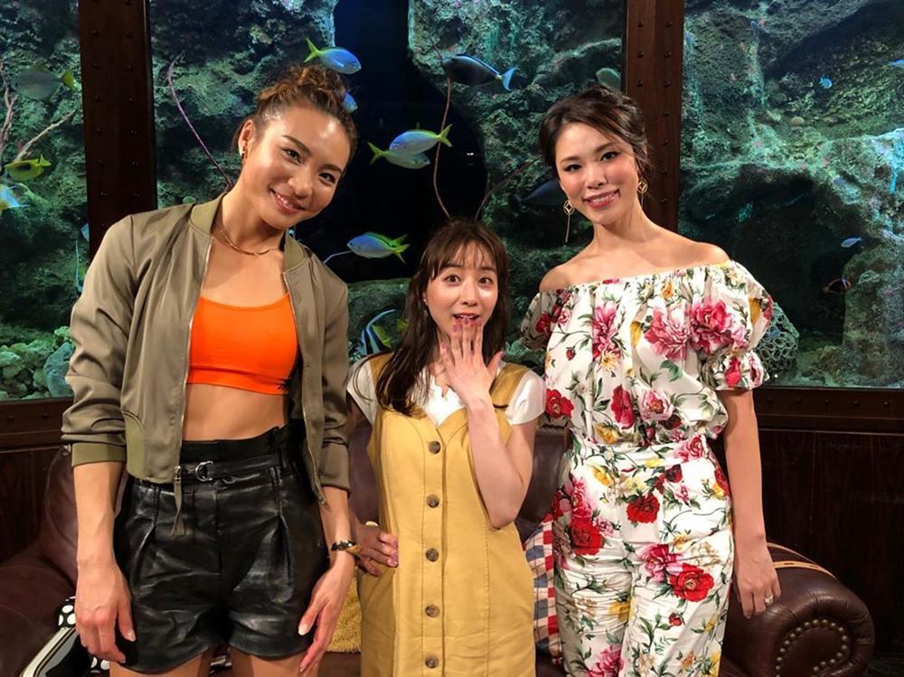 Bản tin Hoa hậu Hoàn vũ 24/5: Hoàng Thùy bất ngờ gửi... hoa dâm bụt chào đối thủ Indonesia-4