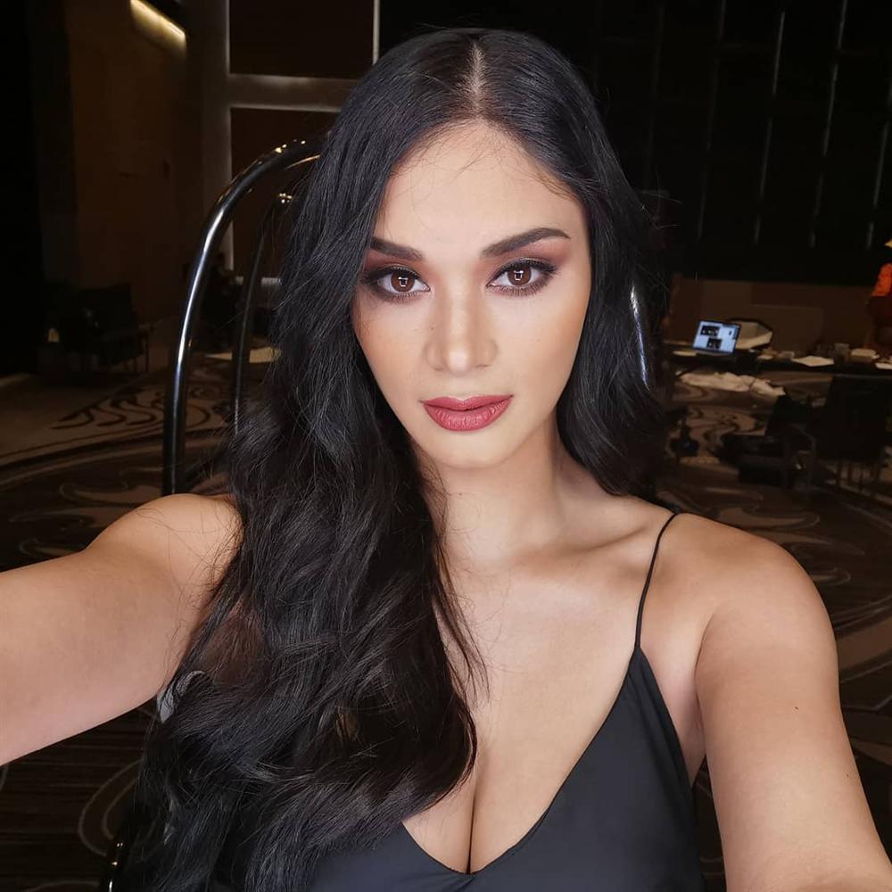 Bản tin Hoa hậu Hoàn vũ 24/5: Hoàng Thùy bất ngờ gửi... hoa dâm bụt chào đối thủ Indonesia-7