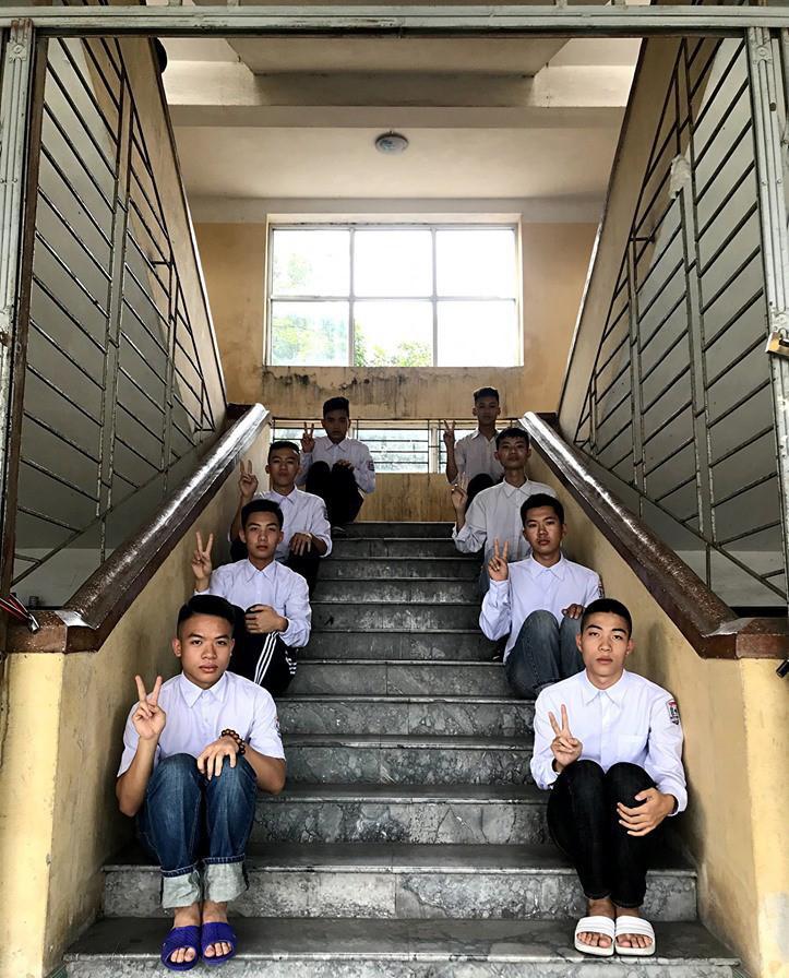 Biểu cảm mặt đơ chụp trăm kiểu như một, bộ ảnh kỷ yếu hài hước của teen Quảng Ninh khiến người xem không share không được-3