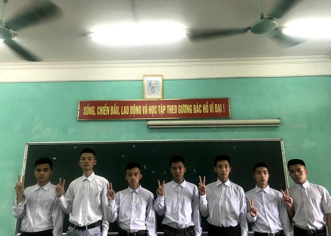 Biểu cảm mặt đơ chụp trăm kiểu như một, bộ ảnh kỷ yếu hài hước của teen Quảng Ninh khiến người xem không share không được-7