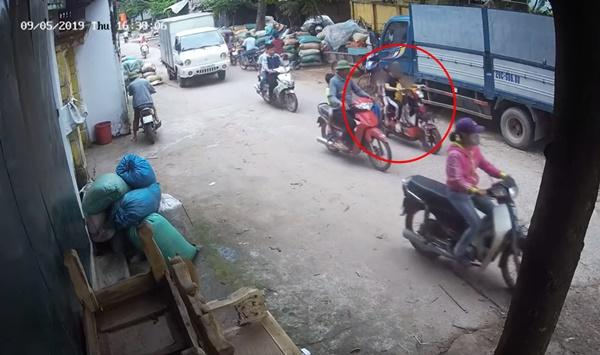 Xe đạp điện chở 2 em nhỏ bị xe tải cuốn vào gầm, cô gái tử vong, phút cuối nhìn 2 em bé chui ra mới sốc-1