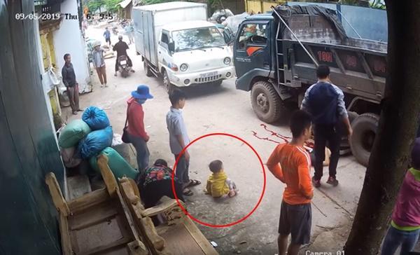 Xe đạp điện chở 2 em nhỏ bị xe tải cuốn vào gầm, cô gái tử vong, phút cuối nhìn 2 em bé chui ra mới sốc-3
