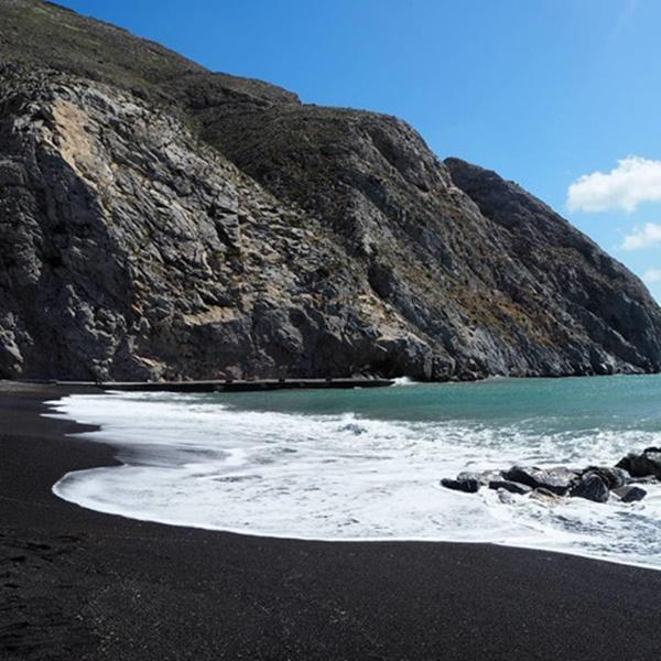 Bờ biển cát đen lạ thường thu hút du khách check-in ở Hy Lạp-1