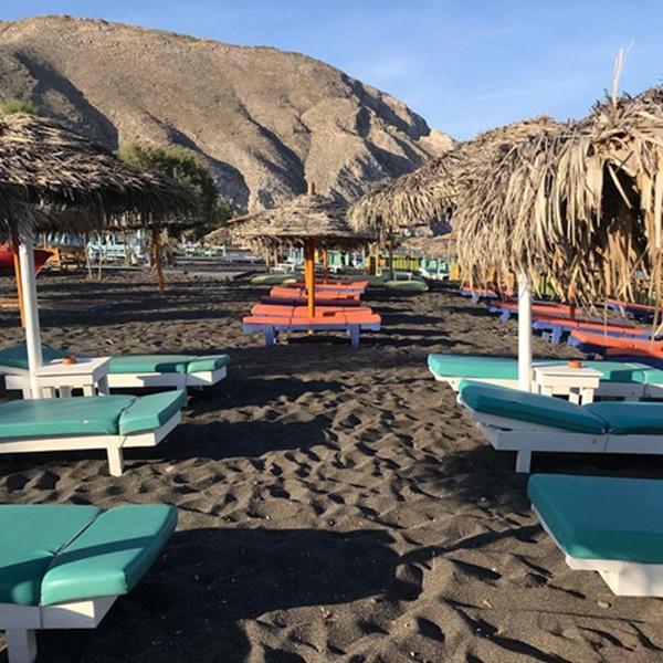 Bờ biển cát đen lạ thường thu hút du khách check-in ở Hy Lạp-2