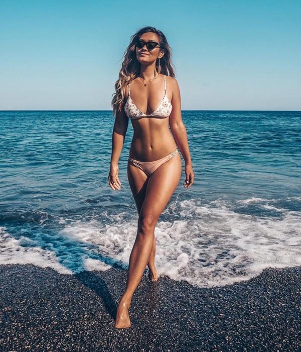 Bờ biển cát đen lạ thường thu hút du khách check-in ở Hy Lạp-3