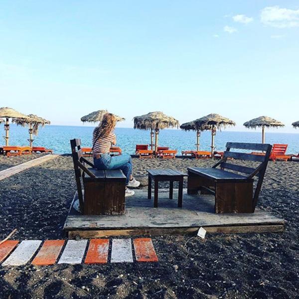 Bờ biển cát đen lạ thường thu hút du khách check-in ở Hy Lạp-10
