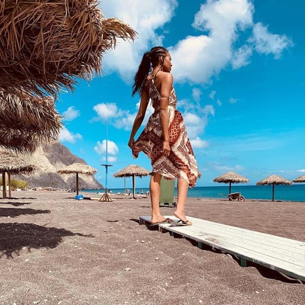 Bờ biển cát đen lạ thường thu hút du khách check-in ở Hy Lạp-11