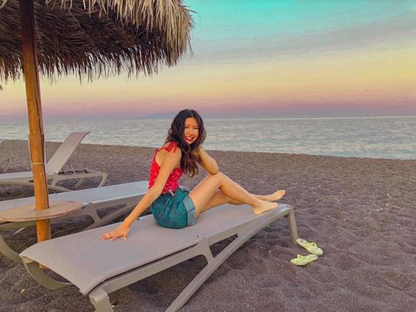Bờ biển cát đen lạ thường thu hút du khách check-in ở Hy Lạp-6
