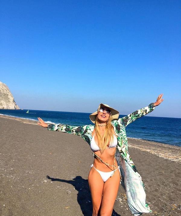 Bờ biển cát đen lạ thường thu hút du khách check-in ở Hy Lạp-15