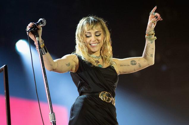 Miley Cyrus bị chế giễu thảo mai vì nói yêu Nicki Minaj nhưng lại thích nghe nhạc Cardi B-1