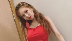 Dàn mỹ nữ Kpop tự tin biểu diễn dù tuột áo, suýt lộ vòng một