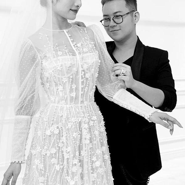 Tấm thiệp mời trên bàn, thời gian địa điểm tổ chức đám cưới Dương Khắc Linh - Sara Lưu đã rất rõ ràng-3