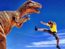 Chụp ảnh cùng 'khủng long' trên cánh đồng muối lớn nhất thế giới