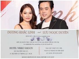 Tấm thiệp mời trên bàn, thời gian địa điểm tổ chức đám cưới Dương Khắc Linh - Sara Lưu đã rất rõ ràng