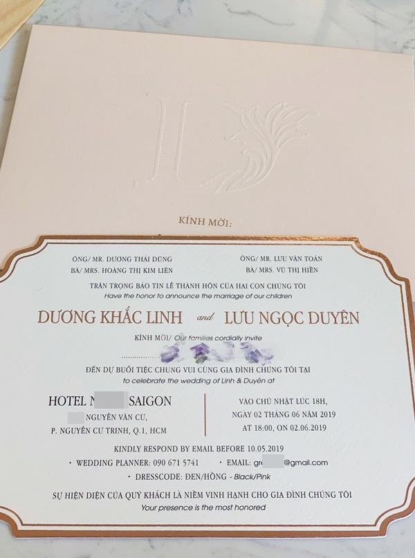 Tấm thiệp mời trên bàn, thời gian địa điểm tổ chức đám cưới Dương Khắc Linh - Sara Lưu đã rất rõ ràng-2
