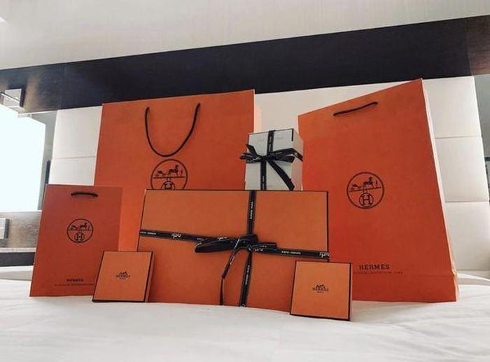 Đâu thua chị kém em, Hari Won cũng được chồng mua hàng hiệu, chất ngập giường-1