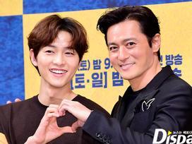 Vừa dập tin đồn ly hôn, Song Joong Ki đã lại tay trong tay với Jang Dong Gun khiến ai nấy giật mình