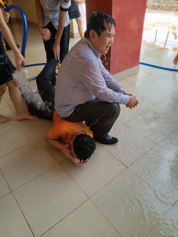 Thoải mái để học sinh tạt nước, kéo lê đến ướt sũng người, thầy giáo trường người ta khiến dân tình ghen tỵ-2