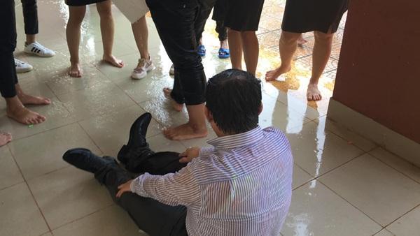 Thoải mái để học sinh tạt nước, kéo lê đến ướt sũng người, thầy giáo trường người ta khiến dân tình ghen tỵ-1