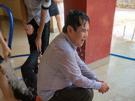 Thoải mái để học sinh tạt nước, kéo lê đến ướt sũng người, thầy giáo 'trường người ta' khiến dân tình ghen tỵ
