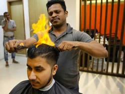 Cắt tóc bằng lửa giá 10 USD, dịch vụ kỳ lạ hút khách ở Ấn Độ