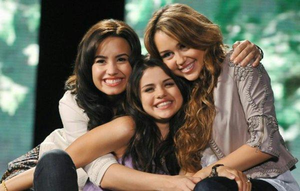 Xích mích kéo dài cả thập kỷ của Miley Cyrus - Demi Lovato - Selena Gomez đã có lời kết?-1