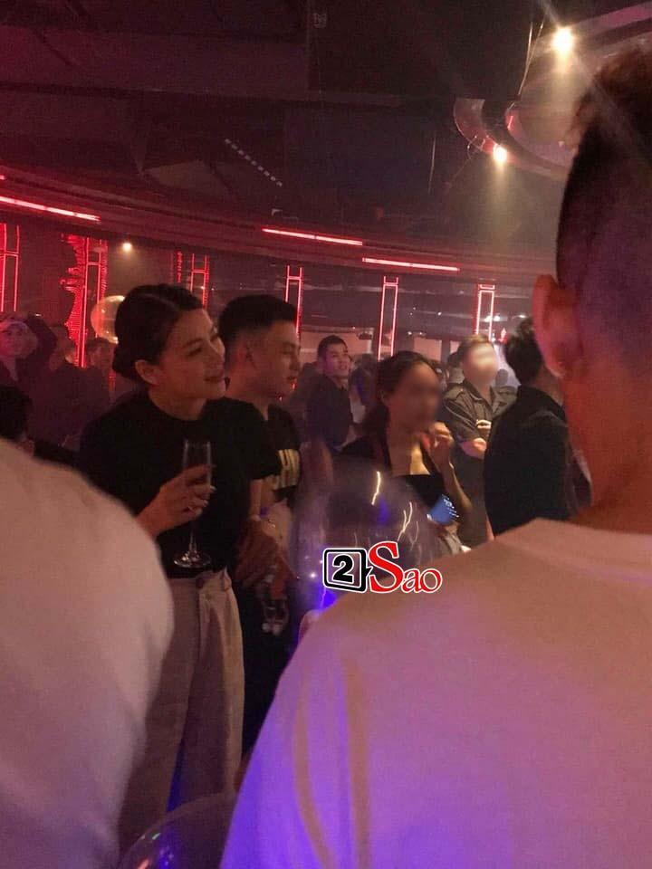 Lộ ảnh Hoa hậu Trái đất Phương Khánh vui vẻ trên bar, đứng cạnh là em trai ruột tưng bừng hít bóng cười-1
