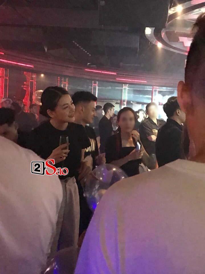 Lộ ảnh Hoa hậu Trái đất Phương Khánh vui vẻ trên bar, đứng cạnh là em trai ruột tưng bừng hít bóng cười-5