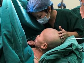 Người mẹ mắc ung thư đã tỉnh, xúc động nhìn ảnh bé Bình An