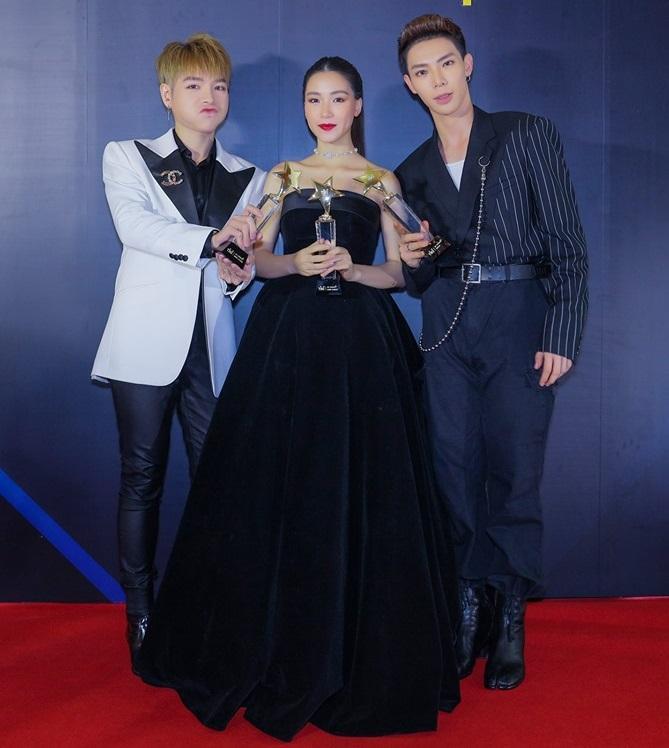 Hòa Minzy đắc tội gì với chuyên gia make-up mà bị trang điểm từ 24 tuổi thành 42 tuổi thế này?-1