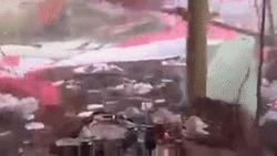 Clip sốc: Gió lớn thổi tung mái tôn, bay rạp cưới khiến khách mời chạy tán loạn tìm chỗ trú thân